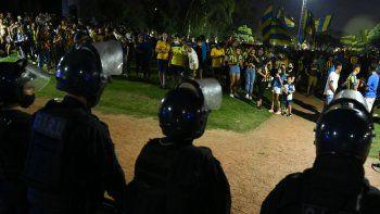 La Policía rosarina custodió el banderazo de los hinchas de Central en las adyacencias del estadio.