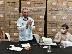 Guzmán visitó la fábrica textil Blue & Yellow SA, en el centro industrial de San Martín, y se puso la camiseta de la Selección sobre su camisa.