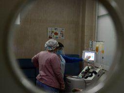 Especialistas advierten que crecieron los contagios de coronavirus entre los jóvenes.