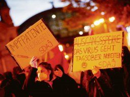 TAMBIÉN EN LA CALLE. Varios países del mundo han sido escenario en las últimas semanas de manifestaciones a favor de la suspensión de las patentes de las vacunas contra el nuevo coronavirus. También Alemania (foto), aunque el Gobierno de Angela Merkel rechaza esa posibilidad.
