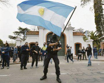 Acción. La medida alcanza a los efectivos que protagonizaron una ruidosa protesta frente a la quinta presidencial.