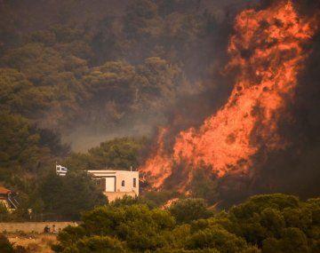 Evacuan dos pueblos al oeste de Grecia por incendios forestales