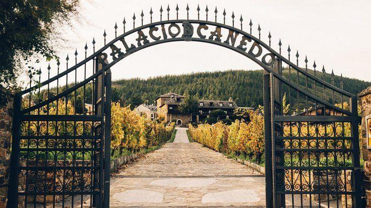 La impresionante entrada al Palacio de Canedo