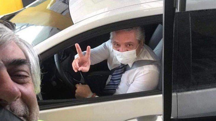 Una foto de Alberto Fernández manejando su auto se viralizó en Twitter