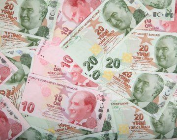 Crisis en Turquía: la lira se hundió más de 10% tras la destitución del presidente del Banco Central