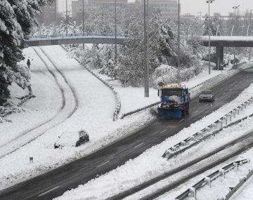 En Madrid, el Ejército intervino para quitar la nieve de las pistas del aeropuerto, que seguirá cerrado al menos hasta el domingo por la tarde.