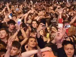 Una multitud sin barbijo se congregó en el Reino Unido en un concierto piloto.