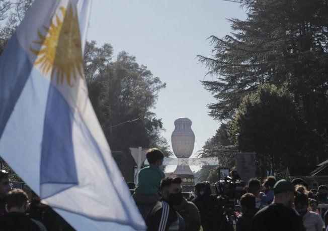 Los futbolistas de la selección argentina recibieron esta mañana las primeras demostraciones directas del afecto popular por la conquista de la Copa América en Brasil, luego de aterrizar en el aeropuerto internacional de Ezeiza, camino al predio de la AFA en esa misma localidad.