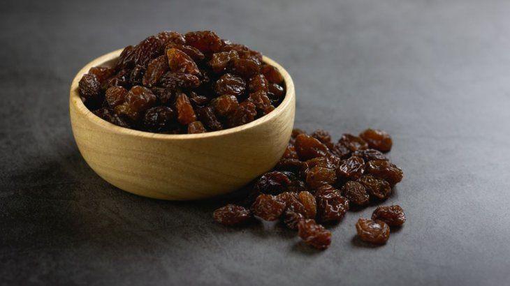 Se debe comer 12 uvas o pasas de uva y pedir un deseo por cada una.