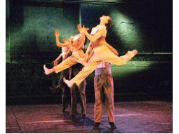 Siete celebrantes protagonizan «El salto de Nijinsky», bella obra coreográfica que la compañía barcelonesa «Tránsit» estrenó en Rosario y traerá el 19 de septiembre a Buenos Aires.