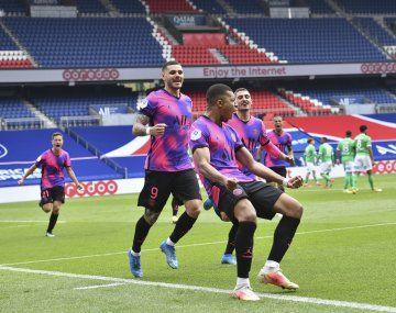 Mauro Icardi le dio un agónico triunfo a PSG que lo dejó a tiro de la punta.