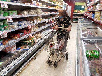 El precio de los alimentos se reproduce más rápido que la inflación (y ambos le ganan al salario formal)
