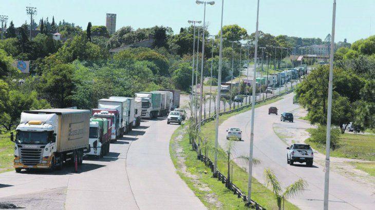 sin-circulacion-los-autoconvocados-estacionan-camiones-un-carril-impedir-que-otros-transportistas-pu