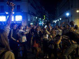 Festejos en Puerta del Sol en Madrid por el fin del estado de alarma en España.
