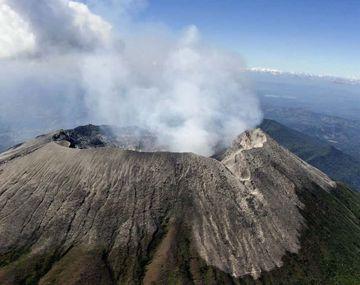 Un volcán echa humo en El Salvador.