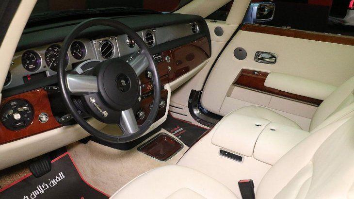 El opulento convertible de Rolls Royce se transformó en un biplaza y recibió faros delanteros bi-xenón empotrados completamente nuevos con tecnología LED que flanqueaban la imponente parrilla Rolls-Royce, que estaba ligeramente inclinada.