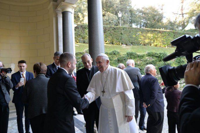 El Papa Francisco saludando al ministro de Economía