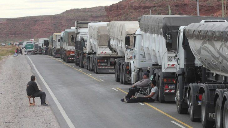 Más de 1.200 vehículos de cargas fueron retenidos en los límites de Neuquén