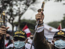 Cientos de militares, mucho de ellos armados, marcharon en Lima contra el triunfo de Pedro Castillo.