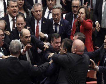 La ofensiva en Siria causó una batalla campal en el Parlamento de Turquía.
