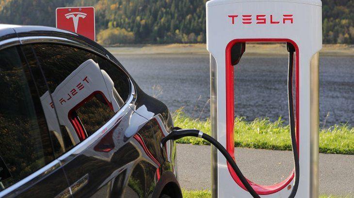 Aunque vende menos autos que las automotrices tradicionales, Tesla sigue batiendo récords en Wall Street.