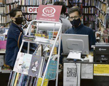 Hoy las librerías funcionan con horario reducido y permiten el ingreso de poca gente al negocio. Así todo quieren permanecer abiertas para estar cerca de los clientes.