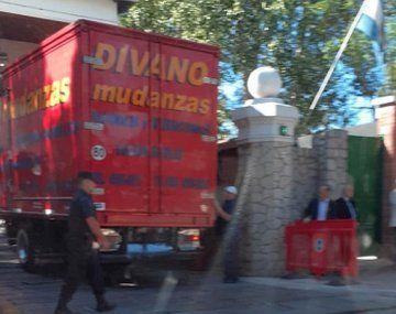 Un camión de mundanzas ingresóa la quinta presidencial de Olivos y se estima que Mauricio Macri y su esposa Juliana Awada iniciaron la mundanza.