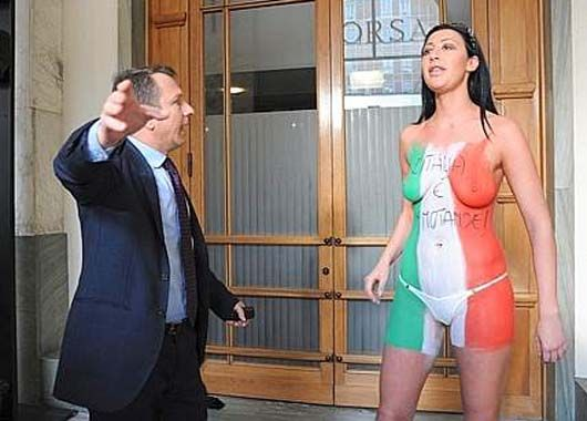 Actriz porno protesta desnuda en la bolsa de Milán