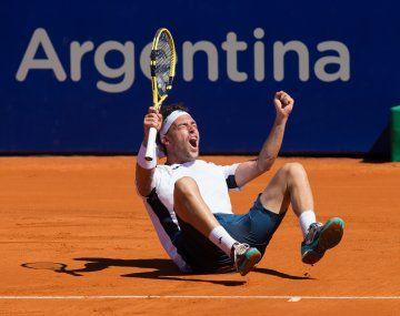 Marco Cecchinato celebra su título en el Argentina Open tras vencer con un resultado abultado al local Diego Schwartzman.