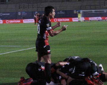 Pulga Rodríguez, goleador y figura del Colón campeón.