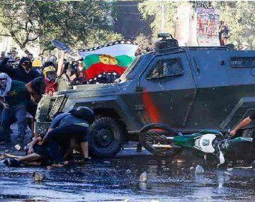 Oscar Pérez fue atropellado por un carro de Carabineros y aplastado contra otro vehículo el viernes en una marcha en Santiago.