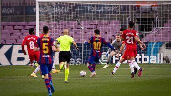 Messi anotó para Barcelona, pero los catalanes perdieron y quedaron rezagados en la lucha.