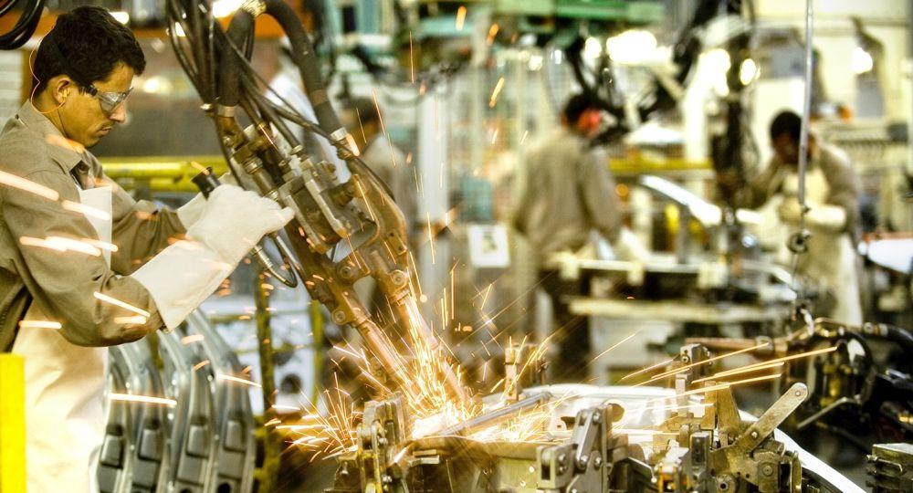 La industria cayó casi 5% en octubre, según Ferreres