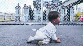 """INHUMANO. El presidente Donald Trump lazó en 2017 un programa de """"política cero"""" contra la inmigración ilegal que consistió mayormente en la separación de las familias que llegaban a la frontera. Los padres eran expulsados mientras los niños quedaban en centros de reclusión."""