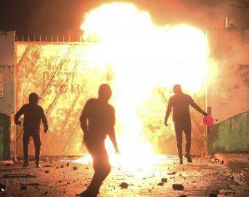 Una noche de violencia entre católicos y protestantes en Belfast reavivó el temor de un nuevo conflicto.