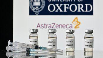 Regulador independiente del Reino Unido recomienda dar la vacuna de AstraZeneca a los mayores de 40 años.