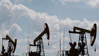 luego de alcanzar maximo en siete anos, el petroleo cerro casi estable