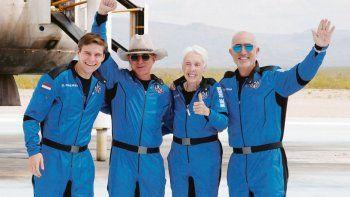 UNA BREVE AVENTURA. Jeff Bezos, con sombrero, junto a los tripulantes que lo acompañaron ayer en su viaje de diez minutos al espacio.