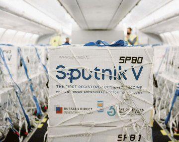 Vacunas. 800 mil dosis de Sputnik llegaron ayer a Ezeiza.