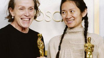 Nomadland. Frances McDormand y Chloé Zhao, con sus estatuillas.