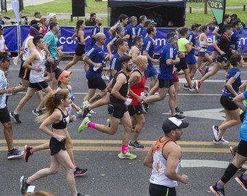 Corredores profesionales y aficionados largaron esta mañana el Maratón Internacional y la prueba de los 21k en la Ciudad Autónoma de Buenos Aires, que este año regresa tras el receso de 2020 por la pandemia de coronavirus.