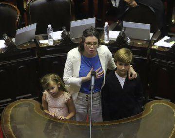 Gisela Marziotta junto a sus hijos, al asumir como diputada por el Frente de Todos.