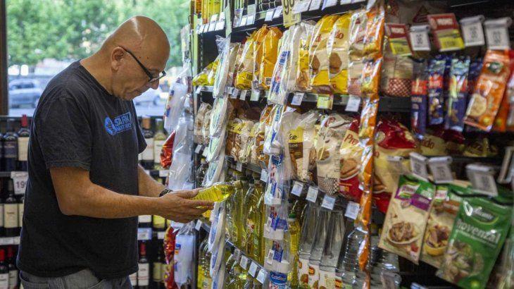 Por los controles, precios suben más en almacenes que en grandes cadenas