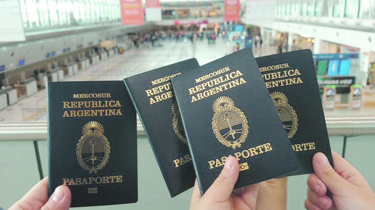 Con bronca y dolor: así se van los argentinos que emigran