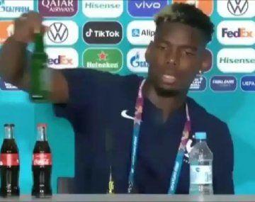 Pogba hizo la gran Cristiano y sacó una botella de cerveza de la conferencia