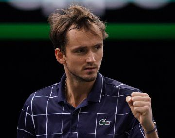 El ruso Medvedev le ganó al alemán Zverev en sus debut en el Masters de Londres.
