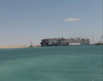 El buque que colapsó en marzo el canal de Suez podrá salir de allí el miércoles