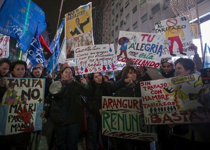 Miles de personas portaron carteles contra Macri.