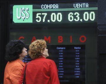El dólar turista hoy: el billete avanzó 21 centavos a $82