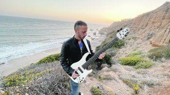 Francisco Fattoruso. Con su nuevo instrumento, el bajo fretless.